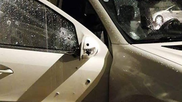 סימני הירי על המכונית שבה נהג אחמד סלאמה ()