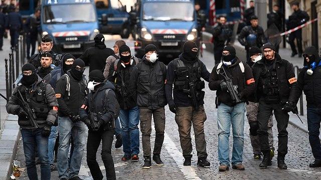 מחאוה בפריז ליד שער הניצחון (צילום: AFP)