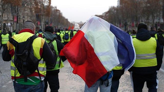 מחאוה בפריז ליד שער הניצחון (צילום: AP)