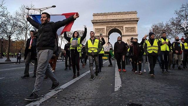 מחאוה בפריז ליד שער הניצחון (צילום: EPA)