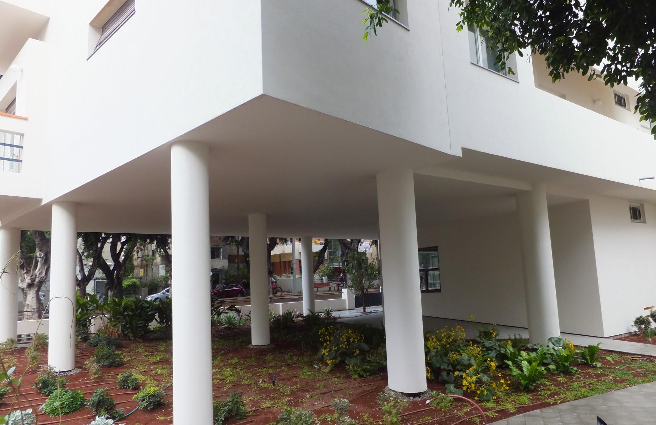 Строение на столбах - характерный элемент стиля баухауз. Фото автора