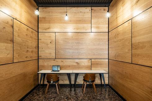 במרכז משרדים עם קירות עץ נטולי חלונות (צילום: ירדן ביידר)