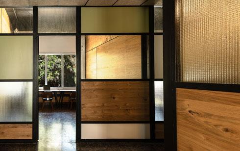 גם החומריות שנבחרה מתייחסת לאדריכלות הקיימת (צילום: ירדן ביידר)