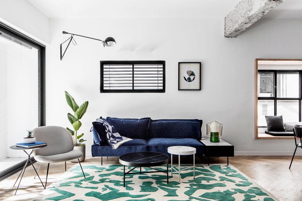 הריהוט בסלון מציע חריגה מסקאלת הצבעים הכללית  (צילום: איתי בנית)