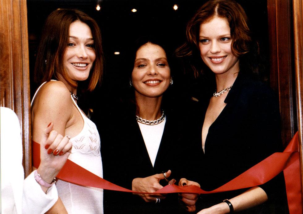 בפסטיבל קאן 1998: הרציגובה (מימין) עם השחקנית אורנלה מוטי והדוגמנית קרלה ברוני (צילום: AP)
