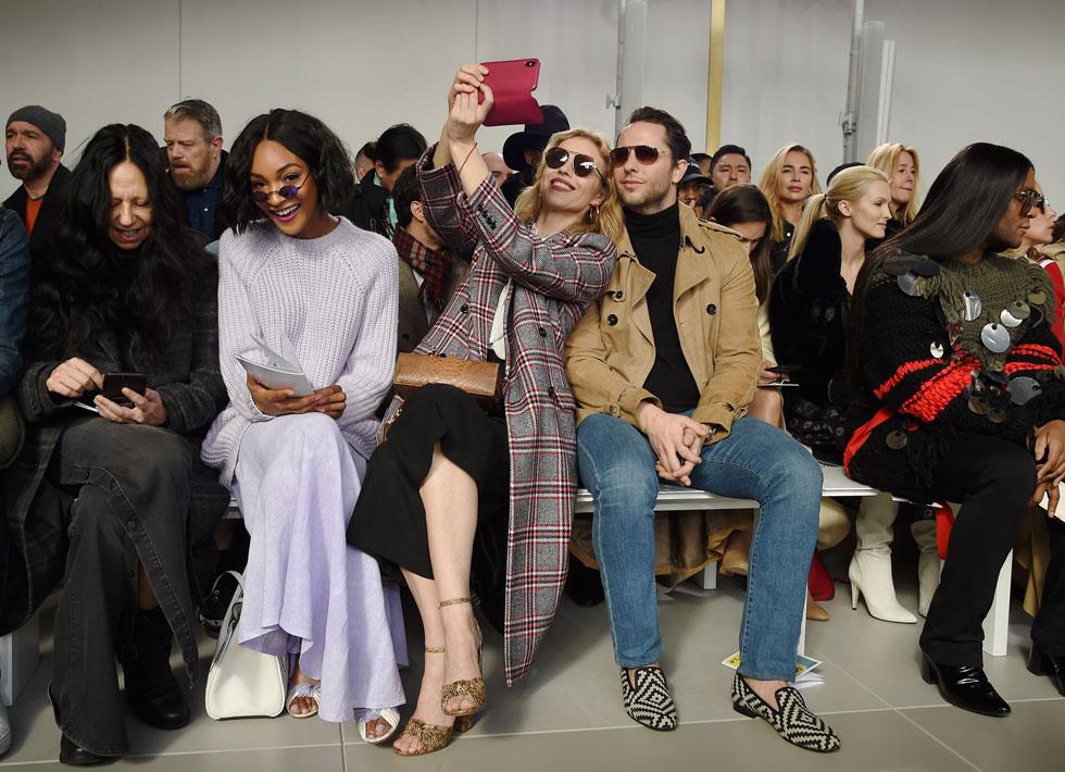 מבלה בשורה הראשונה בתצוגה של מייקל קורס, עם עיתונאי האופנה דרק בלסברג (צילום: Dimitrios Kambouris/GettyimagesIL)