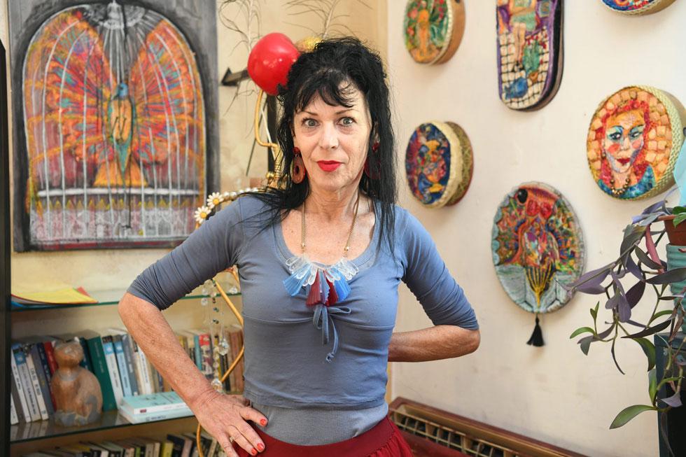 """נולי עומר בביתה בתל אביב. למטה: דבי ונולי במערכון אופייני. """"אתה יודע איזה כיף זה שכל הזמן יש מישהו שמצחיק אותך, ואתה מצחיק אותו?""""   (צילום: יאיר שגיא)"""