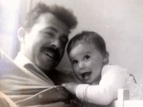 """עומר בילדותה עם אביה, ע' הלל. """"נשגב מבינתי למה הוא היה צריך למות"""" (צילום רפרודוקציה: יאיר שגיא)"""