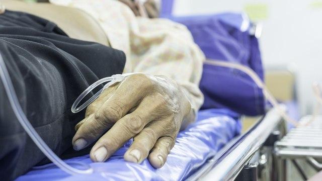 קשיש בבית חולים (צילום: shutterstock)
