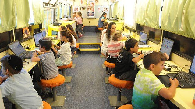 האוטובוס שמלמד ילדים קוד (צילום: רובי קסטרו)
