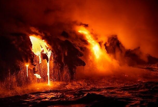 כניסת האוקיינוס למרגלות הר הגעש בהוואי (צילום: ארז מרום)