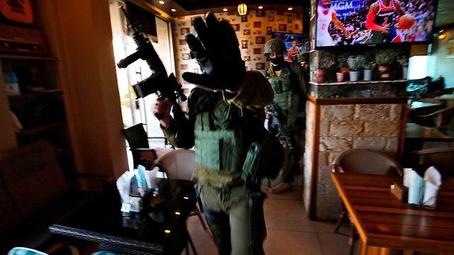 Les services de sécurité à la recherche du terroriste (Photo: AFP)