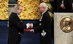 פרופ' ג'יימס אליסון מקבל את הפרס ממלך שבדיה (צילום: AFP)