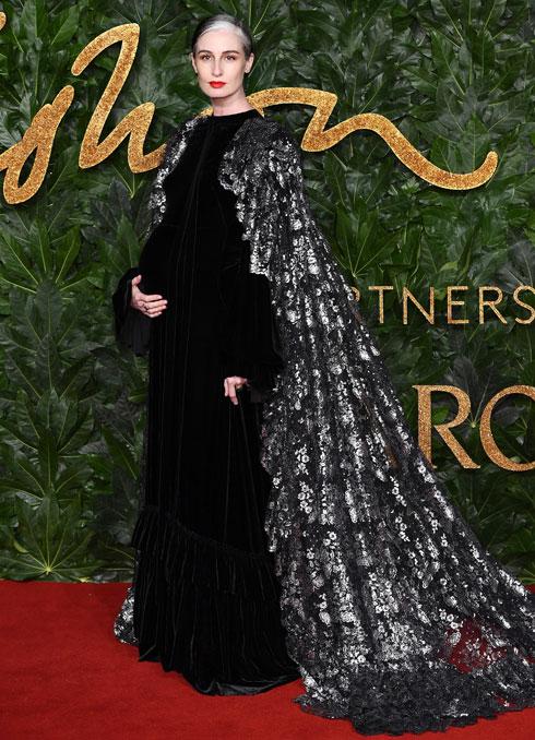 הדוגמנית ארין אוקונור חושפת בטן הריונית בשמלת קטיפה שחורה  (צילום: Jeff Spicer/BFC/Gettyimages)