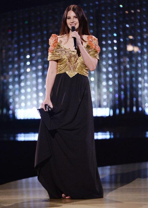 לנה דל ריי בשמלת ערב טווסית של גוצ'י (צילום: Jeff Spicer/BFC/Gettyimages)