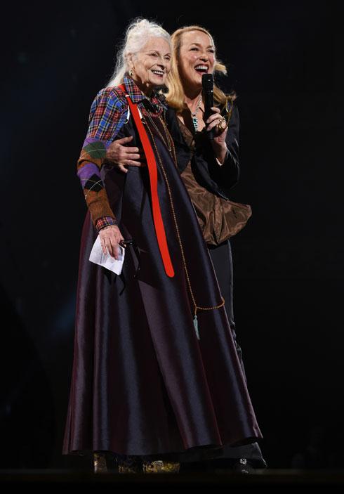 הדוגמנית הנצחית ג'רי הול במערכת לבוש של ויויאן ווסטווד, מגישה פרס למעצבת (צילום: Joe Maher/BFC/Gettyimages)