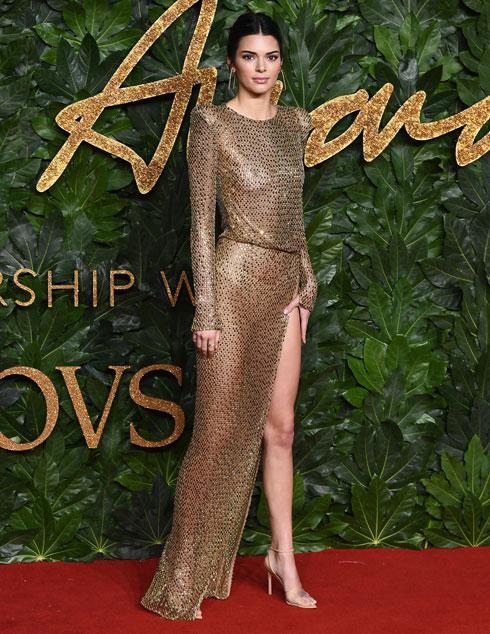 קנדל ג'נר בשמלה שלא משאירה למקום לדמיון, בעיצוב ג'וליאן מקדונלד  (צילום: Jeff Spicer/BFC/Gettyimages)