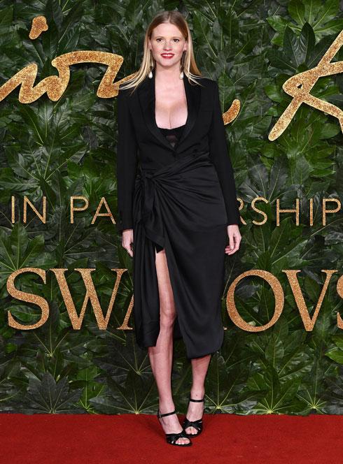 הדוגמנית ההולנדית לארה סטון בשמלת מעטפת שחורה  (צילום: Jeff Spicer/BFC/Gettyimages)