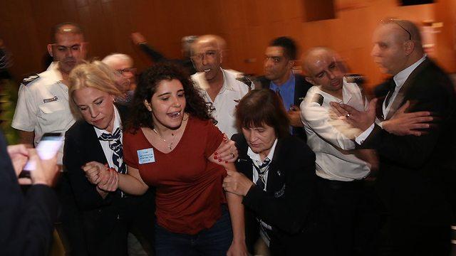התפרעות באירוע הצדעה ליקירי הזמר העברי שם אייל גולן קיבל פרס נאווה בוקר (צילום: אלכס קולומויסקי)