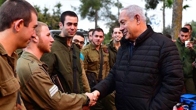 Netanyahu with the troops in the north (Photo: Kobi Gideon/GPO)
