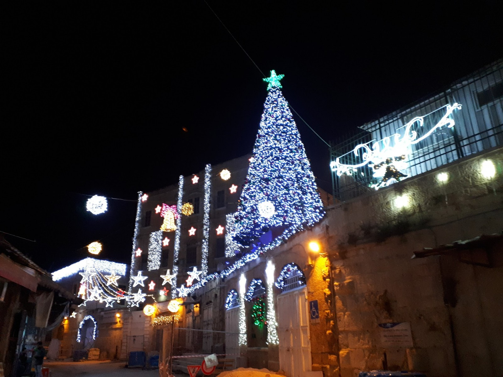Одна из елок в Иерусалиме. Фото: Юлия Хович