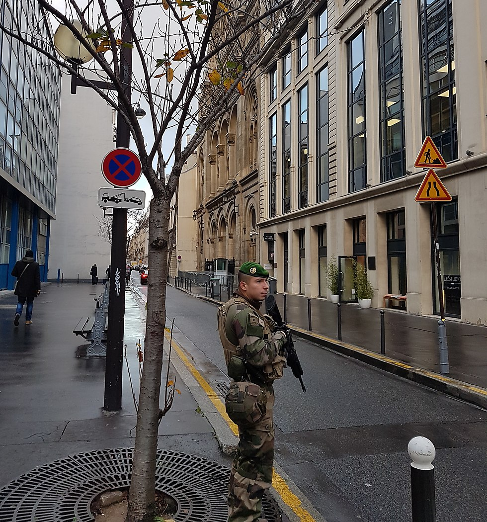 A French soldier guards a synagogue (Photo: Y. Tessler)