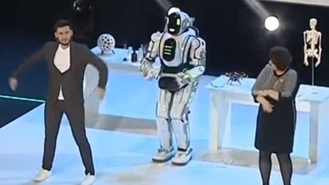 רוסיה בוריס ה רובוט הוא לא רובוט אלא אדם ()