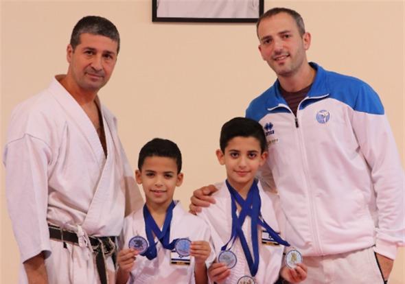 ליאם ואיליי עם אביהם והמאמן משה רוקח (צילום: אלבום פרטי)