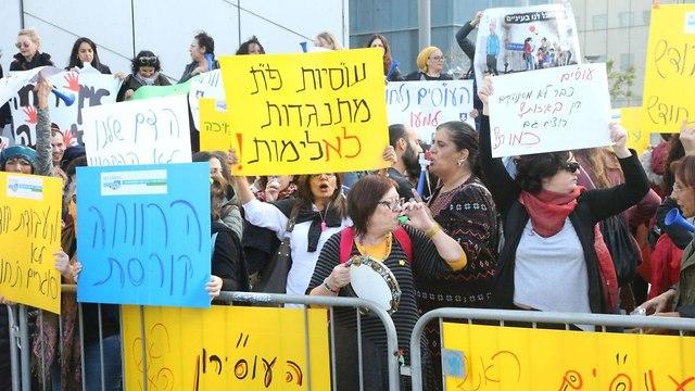 הפגנה של עובדים סוציאליים מול קרית הממשלה בתל אביב (צילום: מוטי קמחי)