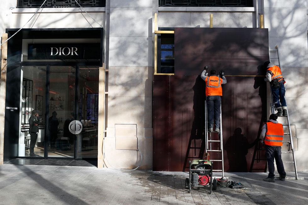 חורף 2018: ההפגנות חזרו לרחובות פריז, ובאופן אירוני, חנויות היוקרה של דיור הפכו למטרה עבור המפגינים (צילום: AP)