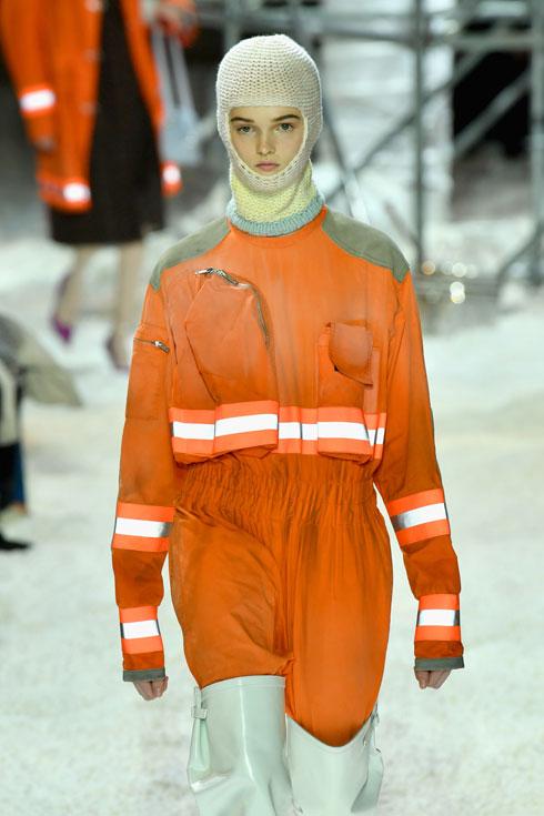 מעילים עם סרטים זוהרים בתצוגה של קלווין קליין (צילום: Slaven Vlasic/GettyimagesIL)