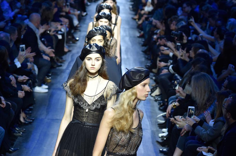 אופנת המחאה ההיסטורית היא מקור השראה עבור מעצבי אופנה. כומתות שחורות על המסלול בתצוגת סתיו-חורף 2017-18 של המותג כריסטיאן דיור (צילום: GettyimagesIL)