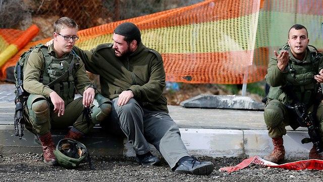 חיילים בזירת הפיגוע (צילום: רויטרס)