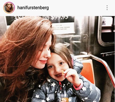 """עם הבת מיה. """"היא כבר עצמאית, ואחרי שקיבלתי את החיים שלי בחזרה, אני לא בטוחה שבא לי להיכנס לזה שוב"""" (צילום: מתוך האינסטגרם של @henifurstenberg)"""