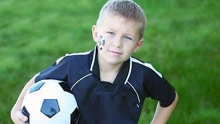 ילד עם כדורגל (צילום: shutterstock)