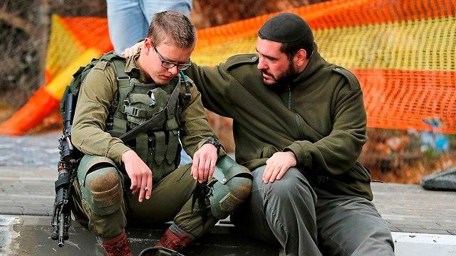 חיילים באזור הפיגוע (צילום: AFP)