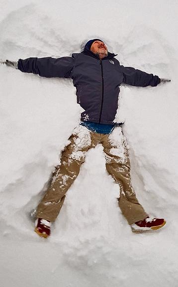 מי שלא מרשה לעצמו לעשות מלאכי שלג במצע הרך והעמוק מפסיד