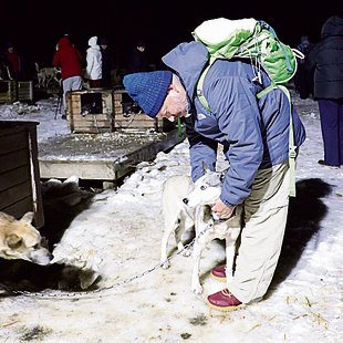 ביקור בחווה לאילוף כלבי האסקי שמתחרים בתחרויות מזחלת