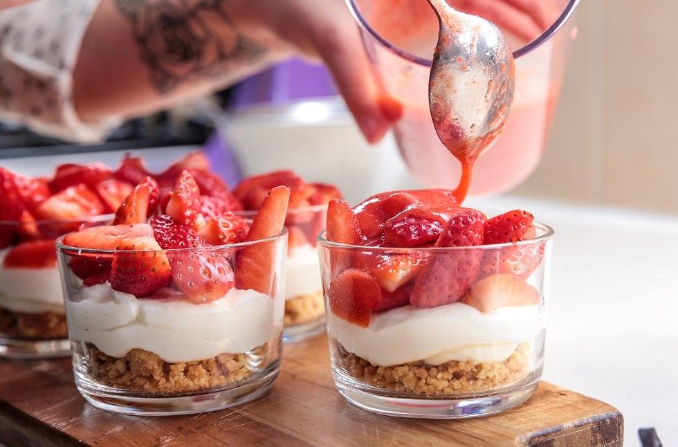 תותים עם קראמבל וקרם מסקרפונה (צילום: ירון ברנר)