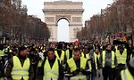 מחאוה בפריז ליד שער הניצחון (צילום: רויטרס)
