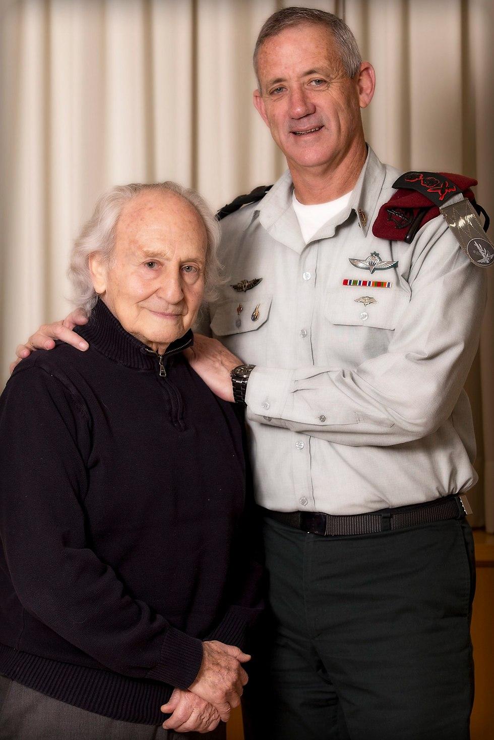Gantz with recently deceased veteran journalist Noah Klieger (Photo: Eli Dessa)