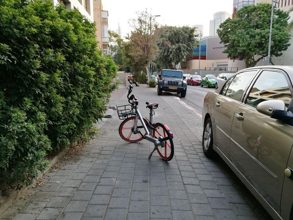 """האפשרות להשאיר את האופניים ה""""שיתופיים"""" היכן שרוצים (ולא בתחנת עגינה מוסדרת) מוסיפה עוד מפגע למדרכות שהפכו כבר מזמן לשדה מוקשים עבור הולכי הרגל. """"זה פשוט מטרד"""", כתב גולש בפייסבוק, """"כל פעם שאני רואה את האופניים האלה בא לי להצית אותן במקום""""    (צילום: ציפה קמפינסקי)"""