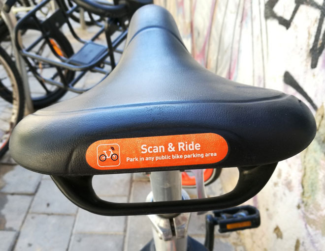 """""""חנה בכל אזור חניה ציבורי של אופניים"""" - רק באנגלית  (צילום: ציפה קמפינסקי)"""