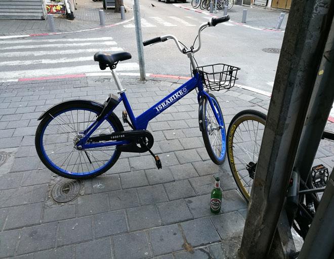 ישראבייק - כחולים עם מגן דוד. הגיעו מנתניה וחוסמים מדרכה בתל אביב   (צילום: ציפה קמפינסקי)