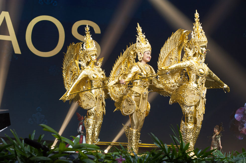 מיס לאוס, שזכתה בקטגוריית השמלה הלאומית של התחרות (צילום: Miss Universe / Patrick Prather)
