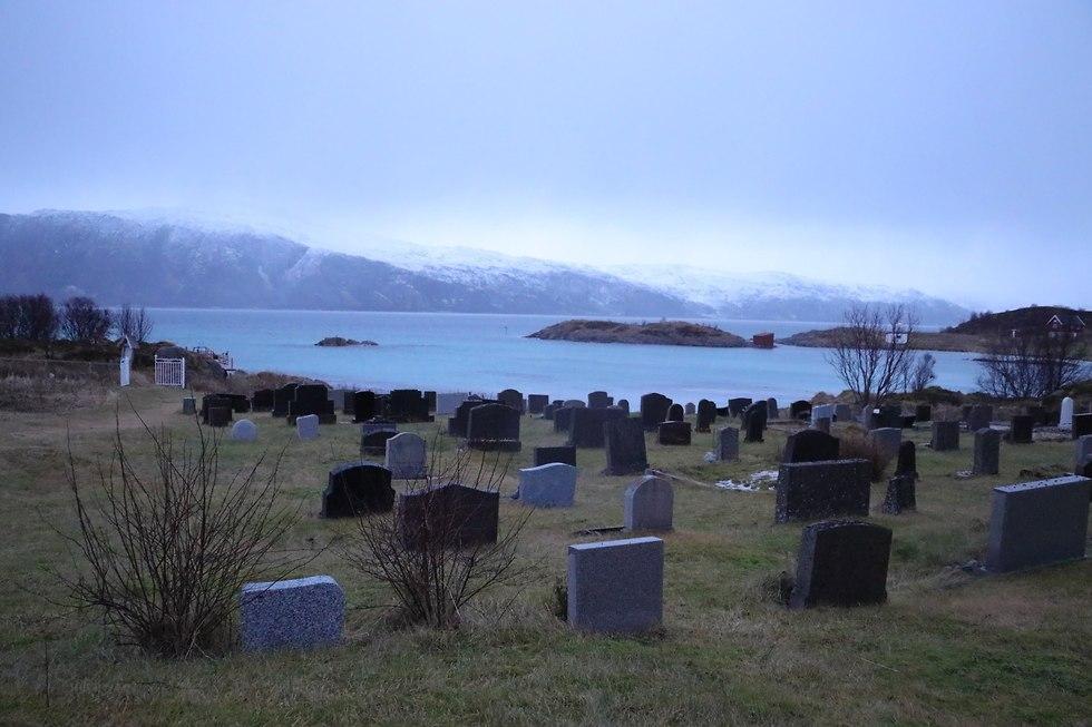 האי הקטן והנטוש סקארוור, שבו נותרו רק כנסייה ומצבות (צילום: זאב ינאי)