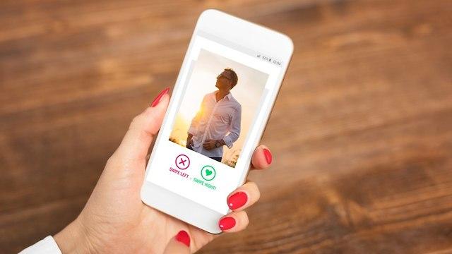 אישה גולשת באתר היכרויות (צילום: Shutterstock)