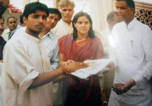 """קאלו באבא (משמאל) עם המשפחה בהודו. """"היו לי חלומות אחרים"""" (צילום: אלבום פרטי)"""