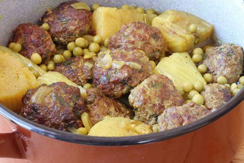 תבשיל קציצות בשר עם שומר ואפונה (צילום, סגנון והכנה: אסנת לסטר)