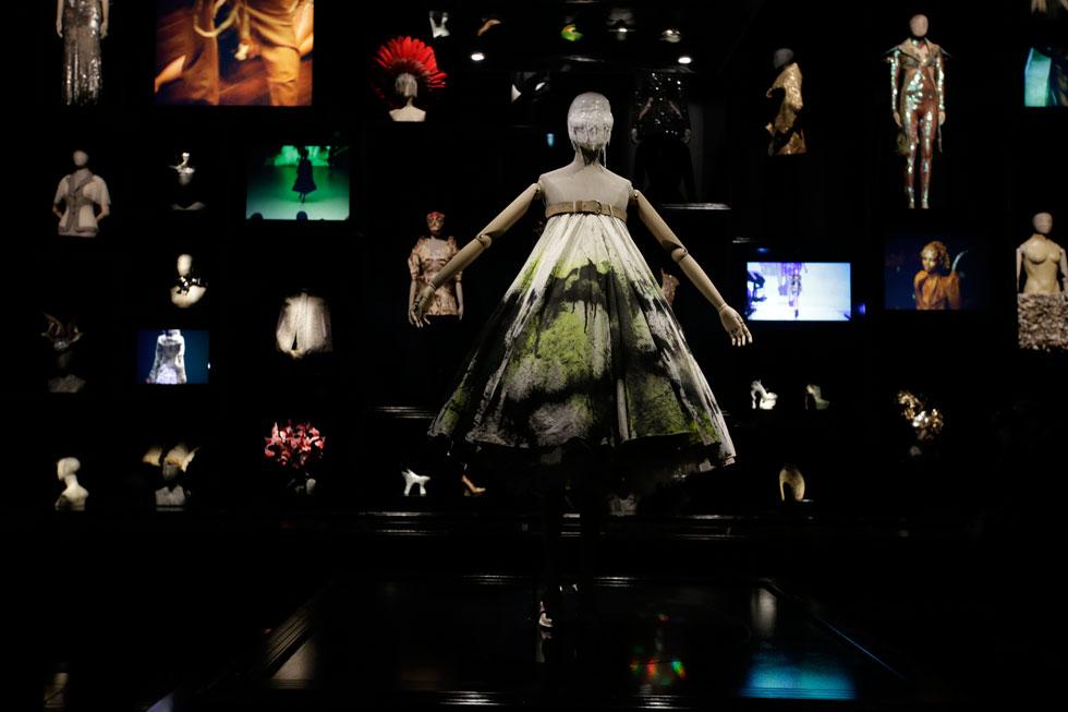 הבגד שלבשה הארלו בתצוגת אביב-קיץ 1999 של אלכסנדר מקווין. צפו בסרטון מטה כדי לראות איך הוא נוצר על הבמה (צילום: AP)